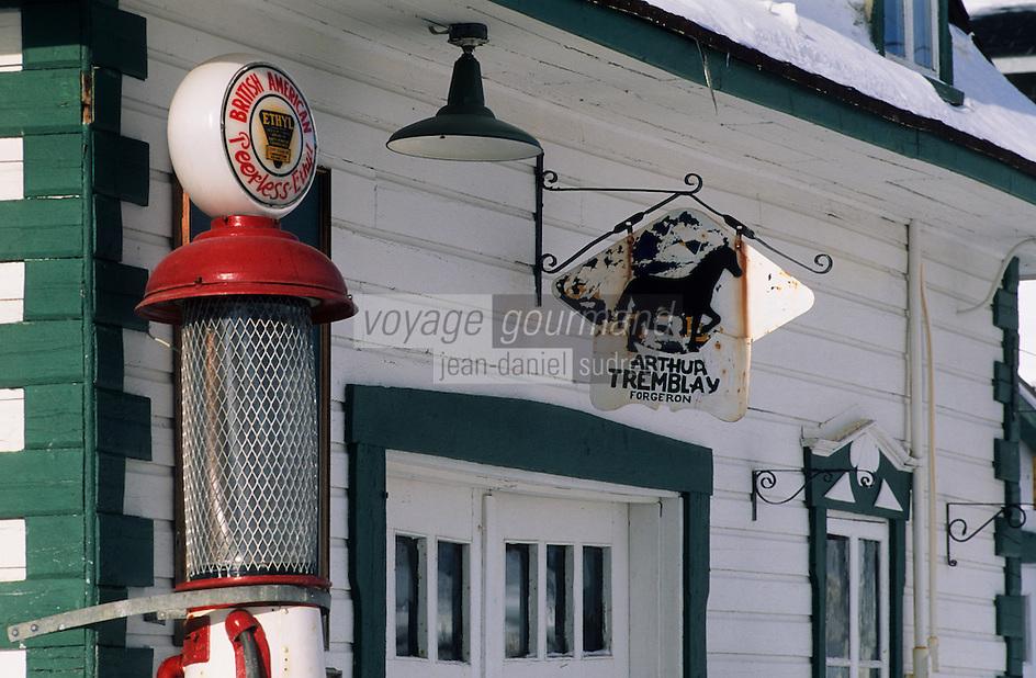 Amérique/Amérique du Nord/Canada/Quebec/Saint-Irénée : Echoppe d'un forgeron et pompe à essence