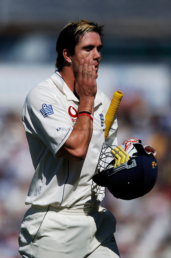 Photo: Glyn Thomas..England v Australia. nPower Test Series. The Ashes 2005..08/09/2005..England's Kevin Pietersen walks off the field.