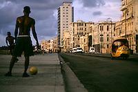 Havana, Cuba...Futebol no calcadao Malecon em Havana...The boys playing soccer in the roadway in Havana...Foto: BRUNO MAGALHAES / NITRO