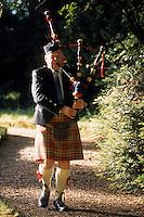 """Europe/Grande Bretagne/Ecosse/Moray/Speyside/Env de Dufftown : Ecossais en kilt avec cornemuse dans le parc de """"Linn House"""""""