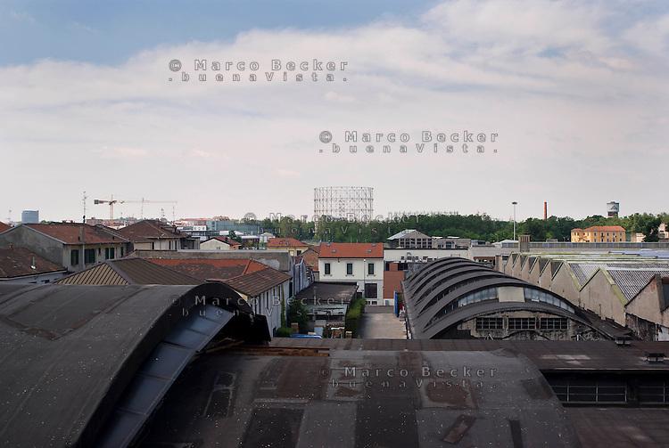 milano, quartiere bovisa, periferia nord. vecchi capannoni industriali e gasometro --- milan, bovisa district, north periphery. old industrial sheds and the gasometer