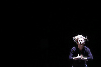 SAO PAULO, SP, 30.04.2014 - FESTIVAL DE DANÇA - O BOTICARIO  - Espetáculo So Blue da coreografia e concepcao de Louise Lecavalier  com movimentos inspirados  em gestos simples do cotidiano que nos tornam extremos quando repetitivos, decompostos ou cumulativos como parte do Festival O Boticário na Dança, no Auditório Ibirapuera, na zona sul da cidade de São Paulo. (Foto: Vanessa Carvalho / Brazil Photo Press).