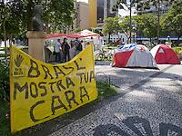 CURITIBA, PR, 19 DE JANEIRO 2012 – OCUPE CURITIBA - Inspirados no movimento nova-iorquino, ativistas curitibanos estão acampados em frente à escadaria do prédio histórico da UFPR, na Praça Santos Andrade, centro da capital paranaense. Cerca de 10 pessoas dormem em barracas desde a última sexta-feira (13). Segundo os ativistas, eles lutam contra os regimes totalitários, obras de impacto ambiental/social e até mesmo contra o preconceito.<br /> (FOTO: ROBERTO DZIURA JR./ NEWS FREE)