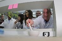 CAMPINAS, SP 30.08.2018-ELEIÇÕES/CIRO GOMES-O candidato a presidencia da Republica, Ciro Gomes (PDT) esteve nesta quinta-feira (30) no Instituto de Biologia, no Laboratorio de Genômica e Proteônica, na Unicamp (Universidade de Campinas), na cidade de Campinas (SP). (Foto: Denny Cesare/Codigo19)