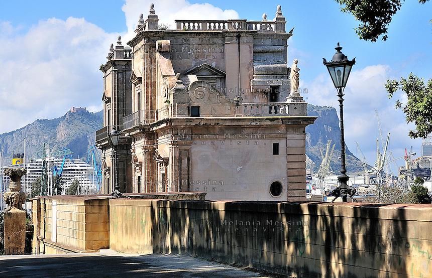 Palermo, &quot;passeggiata delle cattive&quot; near the harbor.<br /> Palermo, passeggiata delle cattive e porta Felice nei pressi del porto.