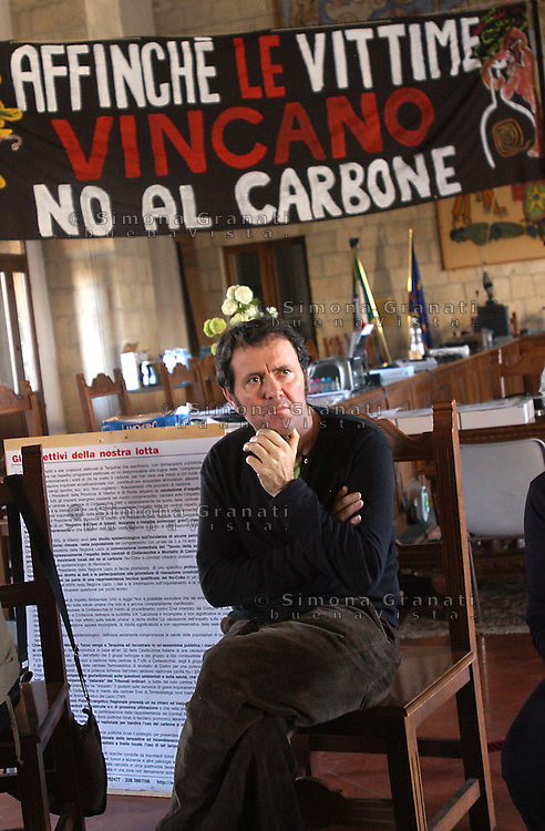 Tarquinia, Aprile 2007.I comitati no coke contro la riconversione a carbone della centrale elettrica di Civitavecchia, occupano l'aula sala consiliare del comune e attuano da 27 giorni lo sciopero della fame..Tarquinia, April 2007.The committees against the conversion of coal-fired power plant Civitavecchia, occupying the town hall council chamber and implemented by 27 days on hunger strike.