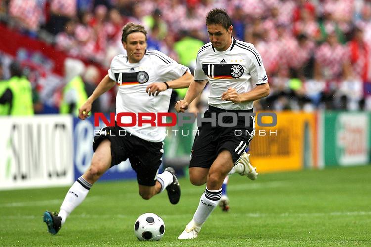 UEFA Euro 2008 Group B Match 11 Klagenfurt - Wörthersee-Stadion. Kroatien ( CRO ) - Deutschland ( GER ). Miroslav Klose ( Germany / Angreifer / Forward / Bayern Muenchen #11 ) (r) am Ball. Clemens Fritz ( Germany / Mittelfeldspieler / Midfielder / Werder Bremen #04 ) (l) schaut ihm zu. Foto © nph (  nordphoto  )