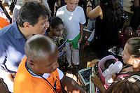 SAO PAULO, SP, 09.05.2015 - HADDAD-SP - Prefeito Fernando Haddad compra lanche de vendedora durante visita à ação integrada as obras dos bairros Fregueia do Ó e Brasilandia  na região norte de São Paulo neste sábado, 09. (Foto: Fernando Neves/ Brazil Photo Press)