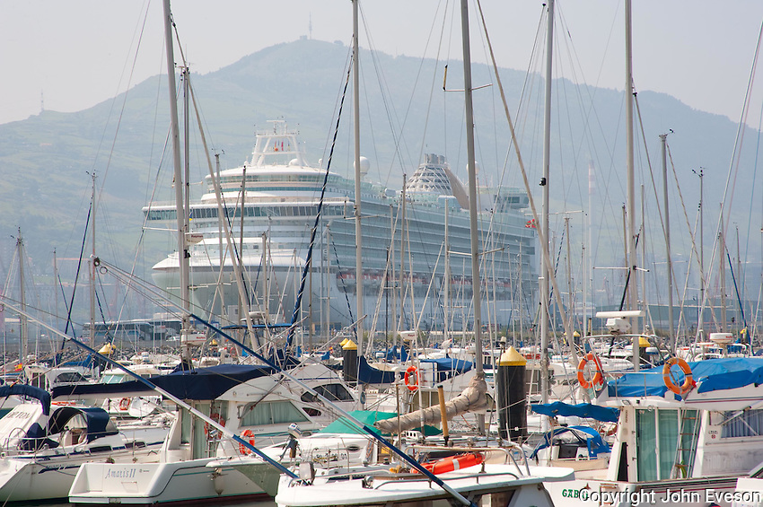 MS Ventura is a Grand class cruise ship operated by P&O Cruises, which entered service in April 2008. The ship is the largest cruise ship built for Britain, accommodating 3,100 passengers. Bilbao, Spain....Copyright..John Eveson,.Dinkling Green Farm,.Whitewell,.Clitheroe,.Lancashire..BB7 3BN.Tel. 01995 61280.Mobile 07973 482705.j.r.eveson@btinternet.com.www.johneveson.com