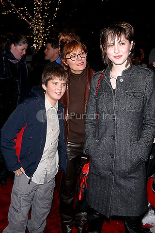 SUSAN SARANDON_EVA AMURRI (DAUGHTER_SONS)<br /> K27928JBB             SD1205 <br /> THE WORLD PREMIERE OF THE LORD OF THE RINGS THE TWO TOWERS AT THE ZIEGFELD THEATRE IN NEW YORK CITY <br /> PHOTO BY John Barrett/ PHOTOlink.net/ MediaPunchC &copy;2002