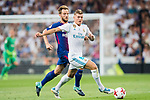 Toni Kroos (r) of Real Madrid competes for the balding Ivan Rakitic of FC Barcelona during their Supercopa de Espana Final 2nd Leg match between Real Madrid and FC Barcelona at the Estadio Santiago Bernabeu on 16 August 2017 in Madrid, Spain. Photo by Diego Gonzalez Souto / Power Sport Images