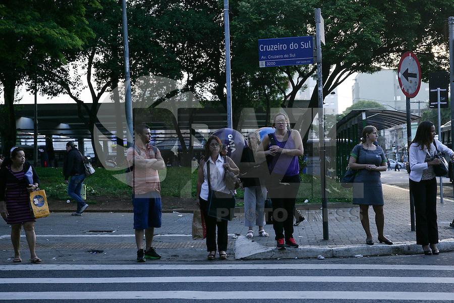 SAO PAULO, SP, 03.02.2015 - PEDESTRE PONTO DE ONIBUS / SAO PAULO -  Movimentação de pedestre em ponto de onibus no bairro de Santana regiao norte de Sao Paulo, na manhã desta terça-feira, 03. (Foto: Raphael Castello / Brazil Photo Press).