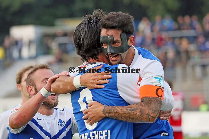 Dominik Stroh-Engel und Aytac Sulu (SV 98) jubeln ueber das 2:0 - SV Darmstadt 98 vs. FSV Frankfurt, Stadion am Boellenfalltor