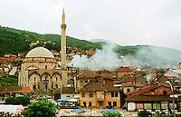 Von Kosovo-Albanern aus Rache in Brand gesetztes Haus eine serbischen Familie in Prizren. Die meissten niedergebrannten Haeuser in Prizren wurden von Kosovo-Albanern nach dem Einmarsch der KFOR angezuendet. In weiten Teilen des Kosovo verhaelt es sich genau umgekehrt.  <br /> Prizren/Jugoslawien, 30.7.1999<br /> Copyright: Christian-Ditsch.de<br /> [Inhaltsveraendernde Manipulation des Fotos nur nach ausdruecklicher Genehmigung des Fotografen. Vereinbarungen ueber Abtretung von Persoenlichkeitsrechten/Model Release der abgebildeten Person/Personen liegen nicht vor. NO MODEL RELEASE! Don't publish without copyright Christian-Ditsch.de, Veroeffentlichung nur mit Fotografennennung, sowie gegen Honorar, MwSt. und Beleg. Konto: I N G - D i B a, IBAN DE58500105175400192269, BIC INGDDEFFXXX, Kontakt: post@christian-ditsch.de<br /> Urhebervermerk wird gemaess Paragraph 13 UHG verlangt.]