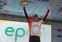 COLOMBIA. 09-08-2014. Luis Alfredo Martinez recibe la camiseta de puntos rojos como líder de la montaña al término de la etapa 4, Nobsa – Duitama – Paipa – Tunja – Chía – Cota – 198.7 Km, de la Vuelta a Colombia 2014 en bicicleta que se cumple entre el 6 y el 17 de agosto de 2014. / Luis Alfredo Martinez receives the red points t shirt as mountain leader at the end of the  stage 4, Nobsa – Duitama – Paipa – Tunja – Chía – Cota – 198.7 Km, of the Tour of Colombia 2014 in bike holds between 6 and 17 of August 2014. Photo:  VizzorImage/ José Miguel Palencia / Str