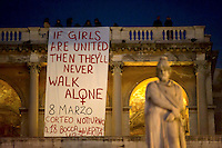 Roma, 7 Marzo 2011.Piazza del Popolo, terrazza del Pincio.Donne espongono uno striscione che pubblicizza il corteo notturno dell8 marzo che recita: se le ragazze sono unite non camminerannmo mai sole