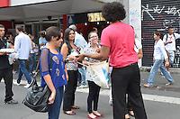 SAO PAULO, 08 DE MARCO DE 2013 - DIA DAS MULHERES HOMENAGEM - Homens vestidos de rosa distribuem lembrancas homenageando mulheres na Avenida Paulista, regiao central da capital, na tarde desta sexta feira, 08, dia internacional das mulheres. A acão faz parte de homenagens da Seguradora Porto Seguro para mulheres. (FOTO: ALEXANDRE MOREIRA / BRAZIL PHOTO PRESS)