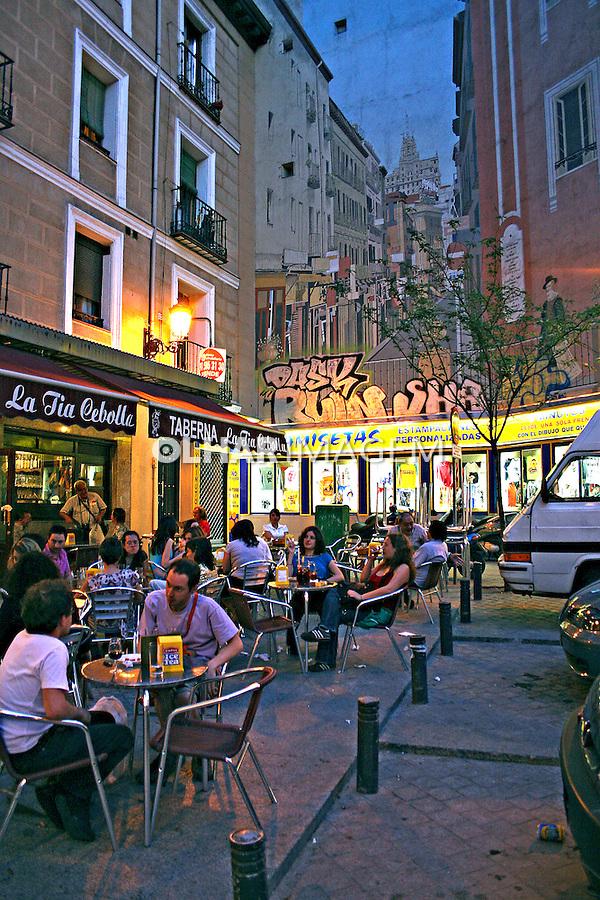 Bar e restaurantes com mesas na calçada. Madri. Espanha. 2007. Foto de Marcio Nel Cimatti.