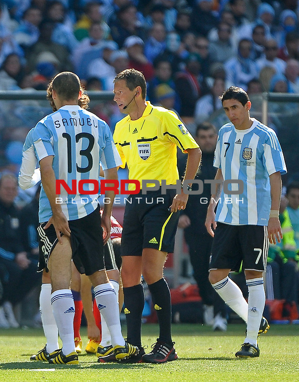 17.06.2010, Soccer City Stadium, Johannesburg, RSA, FIFA WM 2010, Argentinien vs S&uuml;dkorea im Bild Walter Samuel of Argentina  holds the back of his leg after picking up an injury,  Foto: nph /    Mark Atkins *** Local Caption *** Fotos sind ohne vorherigen schriftliche Zustimmung ausschliesslich f&uuml;r redaktionelle Publikationszwecke zu verwenden.<br /> <br /> Auf Anfrage in hoeherer Qualitaet/Aufloesung