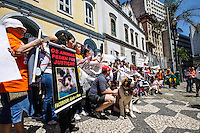 ATENCAO EDITOR FOTO EMBARGADA PARA VEICULO INTERNACIONAL - SAO PAULO, SP, 29 DE SETEMBRO 2012 - MANIFESTACAO CRUELDADE ANIMAL - Manifestantes durante ato pelo fim da crueldade e exploração de animais, realizada na manha deste sábado 29 fizeram o percurso da Praca da Republica ate a Igreja de Sao Francisco regiao central da capital paulista. FOTO: WILLIAM VOLCOV - BRAZIL PHOTO PRESS