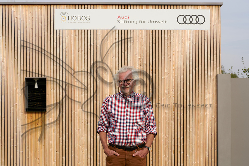 Portrait of Professor Jurgen Tautz, Hobos, University of W&uuml;rzburg, next to the colony installed in the experimental building. This experience allows for constant monitoring by thermal, infrared and 3D cameras of the bees' activities in the nest and also their sorties throughout the year. In Cooperation between the University at W&uuml;rzburg and the  <br /> AUDI-Stiftung f&uuml;r Umwelt the Smart HOBOS project, installed as an up  <br /> to date unique science project at M&uuml;nchsm&uuml;nster.<br /> Portrait du Professeur Jurgen Tautz, Hobos, universit&eacute; de W&uuml;rzburg &agrave; cot&eacute; de la colonie install&eacute;e dans le b&acirc;timent exp&eacute;riemental. Cette exp&eacute;rience permet un suivi constant par cam&eacute;ras thermiques, infra-rouges et 3D des activit&eacute;s des abeilles sur le nid mais aussi leurs sorties tout au long de l&rsquo;ann&eacute;e.