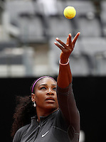 La statunitense Serena Williams al servizio durante gli Internazionali d'Italia di tennis a Roma, 12 maggio 2016.<br /> United States' Serena Williams serves the ball to her compatriot Christina McHale at the Italian Open tennis tournament in Rome, 12 May 2016.<br /> UPDATE IMAGES PRESS/Isabella Bonotto