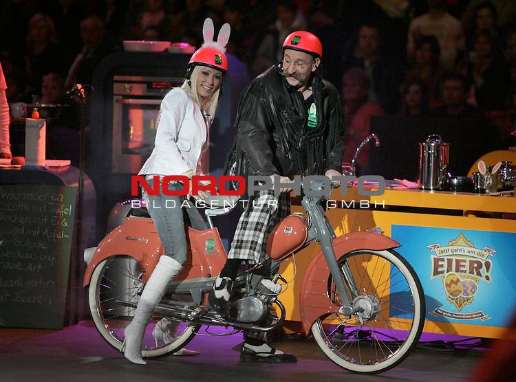 SAT.1-Show &quot;Jetzt geht's um die Eier&quot; am 08.04.2006 bei Gerry Weber, Halle. Cora Schumacher mit Helm f&scaron;hrt mit Horst Lichter auf einem motorisierten Fahrrad durch das Studio.<br /> Foto: &copy; nordphoto *** Local Caption *** Foto ist honorarpflichtig! zzgl. gesetzl. MwSt.<br />  Belegexemplar erforderlich
