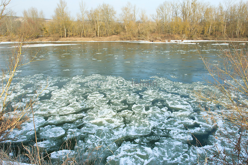 France, Cher (18), Couargues, gel exceptionnel sur la Loire en février 2012,  le fleuve commence à geler // France, Cher, Couargues, exceptional cold on the Loire in February 2012, the river starts to freeze