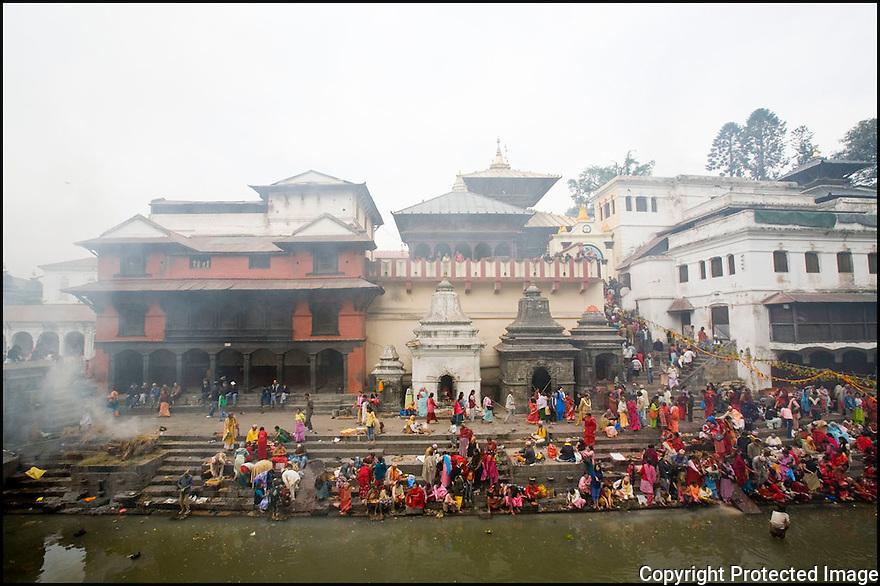 2006- Népal- Kathmandu- Pashupatinath, le Temple d'or, rivière Bagmati, crémation.
