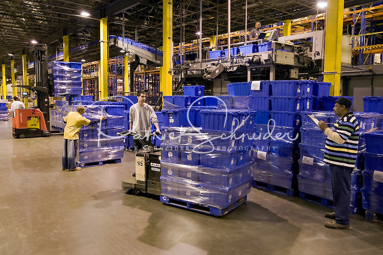Photography sample: Retail distribution center environment (photography created for a corporate annual report)
