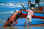 Jangada e pescadores na praia de Majorlândia. Ceará. 1993. Foto de Juca Martins.