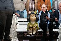 BUENOS AIRES, ARGENTINA, 29.09.2014 - 50 ANOS MAFALDA - Joaquin Lavado, universalmente conhecido como Quino, participa da inauguração de duas novas esculturas de seus personagens para o Paseo de la historieta (Comics Promenade). A inauguração faz parte das comemorações dos 50 anos de sua popular personagem Mafalda, cuja escultura foi colocada em 2009 e agora adiciona Manolito e Susanita, mais dois personagens da história em quadrinhos. Mafalda é, de longe, o personagem de quadrinhos latino-americano mais popular, e graças ao seu humor universal que foi traduzido para mais de 30 idiomas. Em San Telmo em Buenos Aires capital Argentina, nesta segunda-feira, 29. (Foto: Patricio Murphy / Brazil Photo Press).
