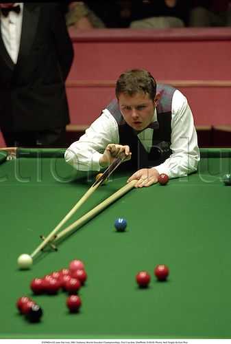 STEPHEN LEE uses the rest, 2001 Embassy World Snooker Championships, The Crucible, Sheffield, 010526. Photo: Neil Tingle/Action Plus...2001.ball