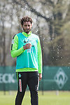 11.04.2018, Trainingsgelaende, Bremen, GER, 1.FBL, Training SV Werder Bremen<br /> <br /> im Bild<br /> Ishak Belfodil (Werder Bremen #29) bekommt Wasserdusche ab, <br /> <br /> Foto &copy; nordphoto / Ewert