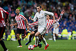 Gareth Bale of Real Madrid fights for the ball with Ander Iturraspe Derteano of Athletic Club during their La Liga match between Real Madrid and Athletic Club at the Santiago Bernabeu Stadium on 23 October 2016 in Madrid, Spain. Photo by Diego Gonzalez Souto / Power Sport Images