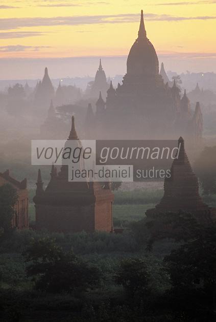 """Asie/Birmanie/Myanmar/Bagan: Lever de soleil sur les pagodes depuis la pagode """"Myingalazedi"""""""