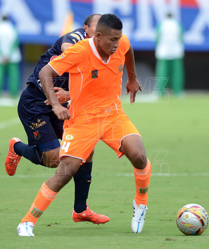 ENVIGADO -COLOMBIA-17-05-2015. Santiago Ruiz (Der) de Envigado FC disputa el balón con Juan D Perez (Izq) de Independiente Medellin durante partido por la fecha 20 de la Liga Águila I 2015 realizado en el Polideportivo Sur de la ciudad de Envigado./ Santiago Ruiz (R) of Envigado FC fights for the ball with Juan D Perez (L) of Independiente Medellin during match for the 20th date of the Aguila League I 2015 at Polideportivo Sur in Envigado city.  Photo: VizzorImage/León Monsalve/STR