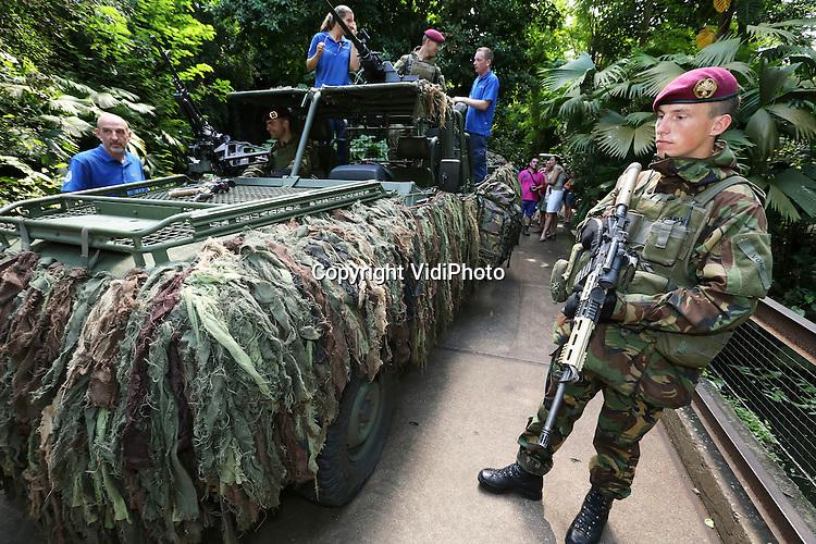 Foto: VidiPhoto<br /> <br /> ARNHEM - Militairen van de Luchtmobiele Brigade gaan in het tropisch regenwoud van Burgers' Zoo in Arnhem (Burgers' Bush) oefenen, terwijl  personeel van de Arnhemse dierentuin ruil daarvoor onder leiding van de rode baretten mag trainen op de schietbaan van Defensie. Beide partijen hebben daarover donderdag in de Bush een overeenkomst gesloten. De schietploeg van de dierentuin moet regelmatig oefenen voor het geval wilde dieren ontsnappen. De Luchtmobiele Brigade kan nu buiten sluitingstijden oefenen onder tropische omstandigheden.