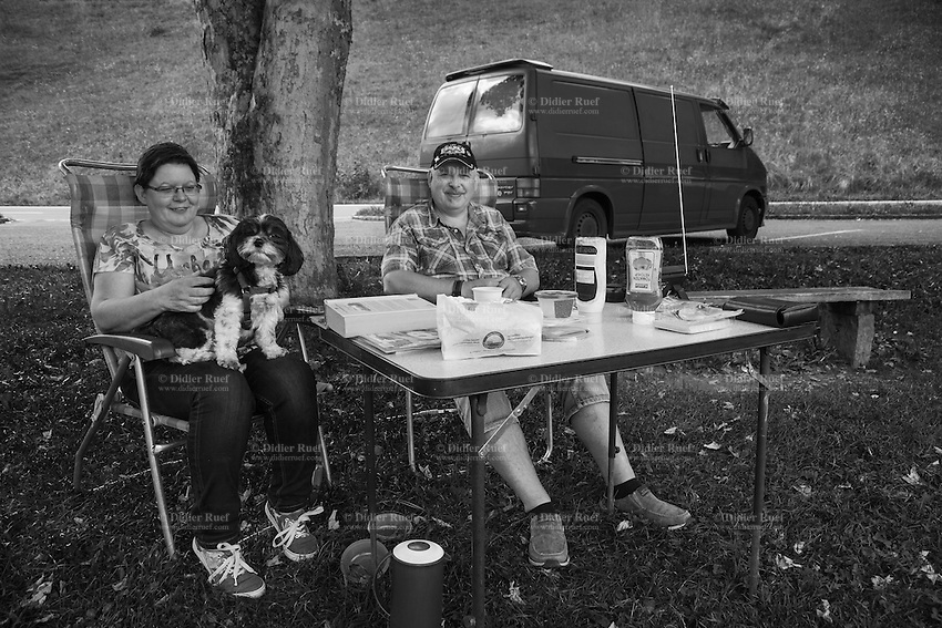 Switzerland. Canton Bern. Oberried am Brienzersee. Hugo and Rita Elsinghorgt are a couple of german tourists on holiday in Switzerland. They have set their picknick table on the grass close to the lake. They are relaxing with their small pet on a sunday afternoon.31.07.2016 © 2016 Didier Ruef