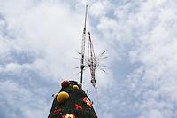 SAO PAULO, SP, 02.12.2013 - NATAL ILUMINADO 2013 - ARVORE IBIRAPUERA - Estrela da tradicional Arvore de Natal do Parque do Ibirapuera e colocada nesta segunda-feira, 02. (Foto: Vanessa Carvalho / Brazil Photo Press).