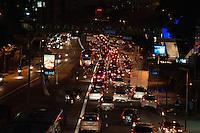 SÃO PAULO-SP-01,09,2014-TRÂNSITO/AVENIDA REBOUÇAS - O motorista encontra lentidão Avenida Rebouças sentido bairro. Região Oeste da cidade de São Paulo,na noite dessa segunda-feira,01(Foto:Kevin David/Brazil Photo Press)