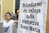 Roma, 28 settembre 2011.Piazza Montecitorio.Popolo Viola e Movimento delle Agende Rosse, manifestano davanti la Camera dei Deputati contro il voto di fiducia al Ministro dell'agricoltura, Saverio Romano,  indagato per mafia.