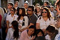 Roma 29 Maggio 2015<br /> I filippini della comunit&agrave; di Roma si sono ritrovati in piazza del Campidoglio per un raduno di preghiera, in ricordo di Corazon Abordo Perez, la filippina di 44 anni madre di due figli, uccisa due giorni fa da un&rsquo;auto con tre rom a bordo, al quartiere Boccea,  nel quale sono state ferite altre otto persone fra cui altri due filippini. Il marito (c)  con  le figlie e i parenti di Corazon Abordo Perez.<br /> Roma, Italy. 28th May 2015<br /> The Filipino community in Rome gathered in Piazza del Campidoglio for a prayer meeting in memory of Corazon Abordo Perez, the 44 year old Filipino mother of two children , who was killed two days ago by a car with three Roma on board, Boccea district, where were injured eight others people , including two other Filipinos. The husband (c) with  the daughters and relatives of Corazon Abordo Perez.