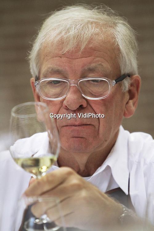 Foto: VidiPhoto..MAARN - In Maarn worden donderdag en vrijdag 170 professionele wijnen van Nederlandse bodem geproefd door een twintigtal keurmeesters, van wie een Duitse wijnkenner van het Wijninstituut in Neustadt. Nog niet eerder zijn er zoveel wijnen ingestuurd voor de Nationale Wijnkeuring. Nederlandse wijnen gooien ook internationaal hoge ogen en halen bij internationale keuringen regelmatig gouden en zilveren medailles. Zowel het aantal wijngaarden (op dit moment 200, waarvan 190 commercieel), als de kwaliteit van de wijn vertoont jaarlijks een stijgende lijn. De Nationale Wijnkeuring wordt georganiseerd door de stichting Wijninstituut Nederland..