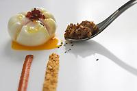 """Europe/Espagne/Pays Basque/Saint-Sébastien: Fleur d'oeuf  et  tartuffo en graisse d'oie aux dattes recette du Restaurant """"Arzak"""""""