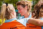 AMSTELVEEN  -  ex international  Willemijn Kuis-Bos  met Jasmijn Pouw (Gro)  na haar laatste hoofdklasse wedstrijd.   Hoofdklasse hockey dames ,competitie, dames, Amsterdam-Groningen (9-0) .     COPYRIGHT KOEN SUYK