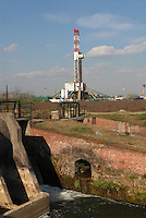 - SAIPEM oil well and drill at Trecate (Novara)..- pozzo di petrolio e trivella SAIPEM presso Trecate (Novara)