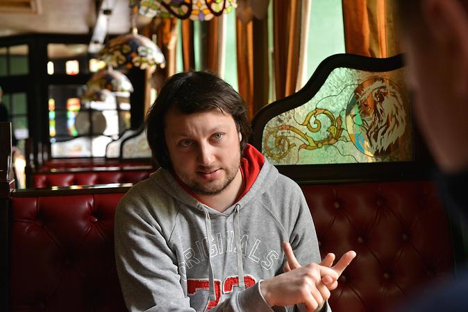 """Enrike Menendez im Café Golden Lion in Donezk. Er arbeitet für die Organisation """"Verantwortungsvolle Bürger"""", die humanitäre Hilfe in Seperatistengebieten leistet. Kiew hat Donezk zum """"okkupierten Gebiet"""" erklärt und lässt Hilfskonvois nur sporadisch passieren. Die Menschen leben unter erbärmlichen Bedingungen in Kohleschächten. / Kiev declared Donetsk as """"occupied territory"""", aid convoys can only pass infrequently. People have to live under miserable circumstances in coal pockets."""