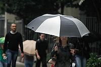 SÃO PAULO, SP, 12.02.2020: CLIMA-CHUVA-SP - Pedestres se protegem da chuva na avenida Paulista, região central de São Paulo, na manhã desta quarta-feira, 12. O dia começa com céu encoberto e sensação de frio. De acordo com as estações meteorológicas do CGE da Prefeitura de São Paulo o valor registrado é de 17ºC, máxima prevista é de 23ºC. No período da tarde retornam as condições para pancadas isoladas de chuva. (Foto: Fábio Vieira/FotoRua)
