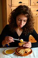 Ragazza mentre fa colazione con fette biscottate e miele..Girl eat rusk with honey for breakfast...